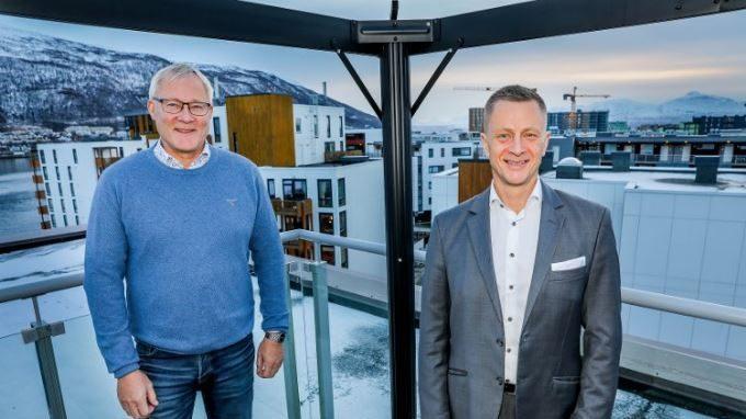 Børge Martinussen og Lasse Jensen-Aaris står på takterrassen til Agio Forvaltning i Tromsø. De forteller om samarbeidet Agio Forvaltning og Huseiernes Landsforbund nettopp har inngått.