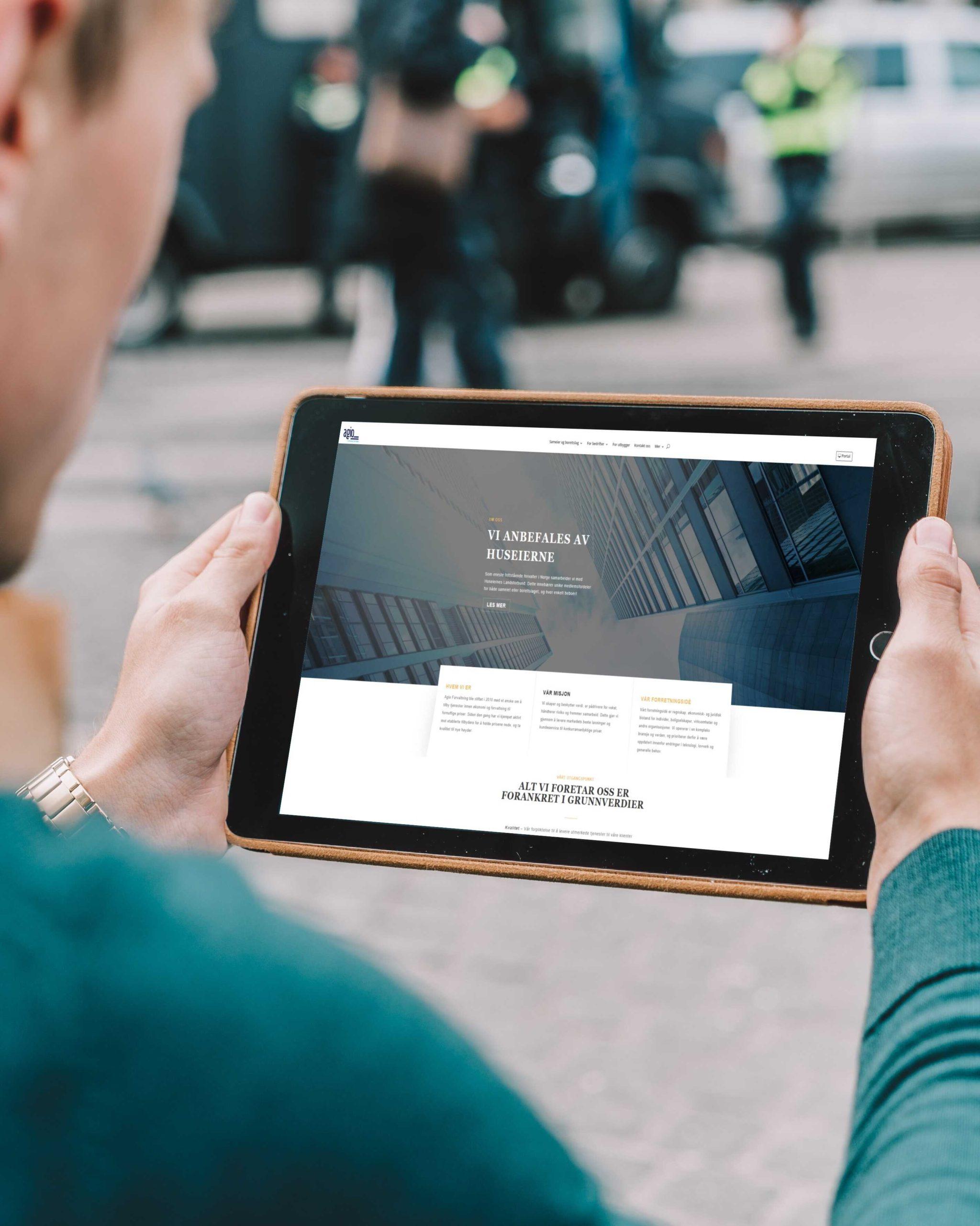 ipad med Agio Forvaltning sin nettside oppe
